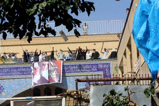 مریدان و طلاب چماق به دست علی محمد سربی(دستغیب) مسجد قبا شیراز