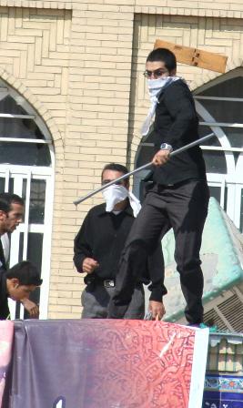 پرتاب رحل قرآن توسط مریدان علی محمد دستغیب به سمت مردم از پشت بام مسجد