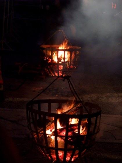 幽玄さを醸し出すかがり火