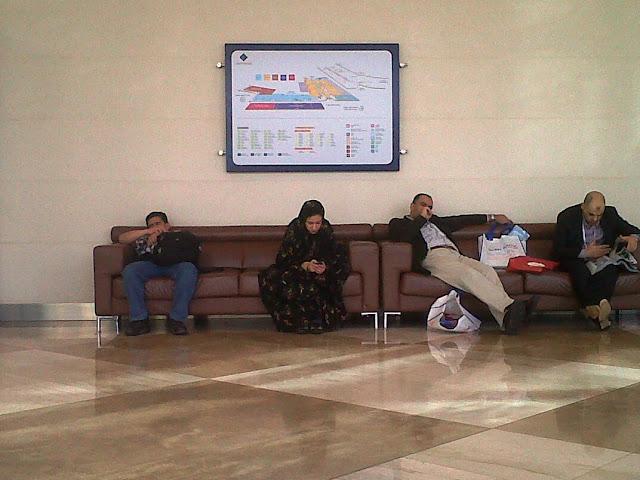 Pengunjung pameran istirahat di luar Za'abeel Hall, WTC Dubai