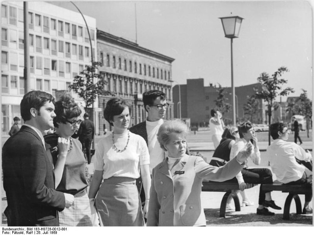 Bundesarchiv_Bild_183-H0728-0012-001,_Berlin,_Unter_den_Linden,_Touristen