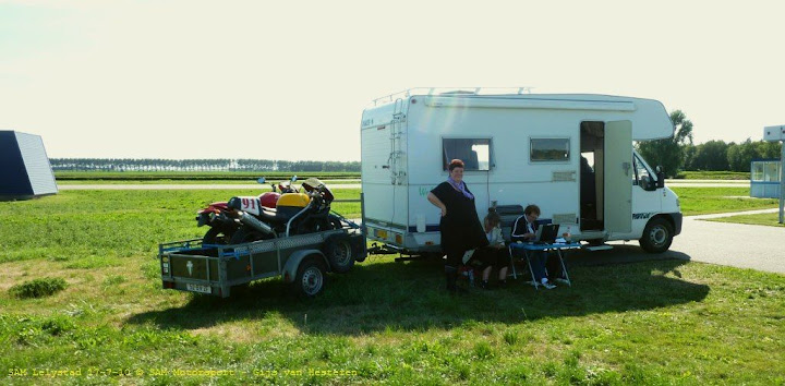 Onze kampeerauto doet dienst als tijdwaarnemingshut. Op de aanhanger de Ducati en de MZ Scorpion. Foto: Gijs van Hesteren