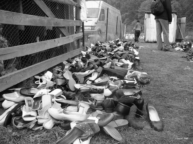 Papuci vechi, intinsi ca la expozitie