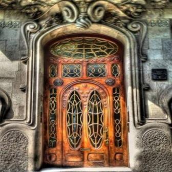 puerta-fachada-la-pedrera