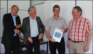 Vlnr begeleidingscommissie Ton Brandenbarg (Zeeuwse Bibliotheek), Ed Landman (Avans+), Enno Meijers met zijn studie, examinator Joost Wouters (Avans+)