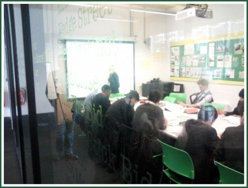 Tanári és osztálytermek üvegfalakkal - mindenki láthatja mi folyik odabent