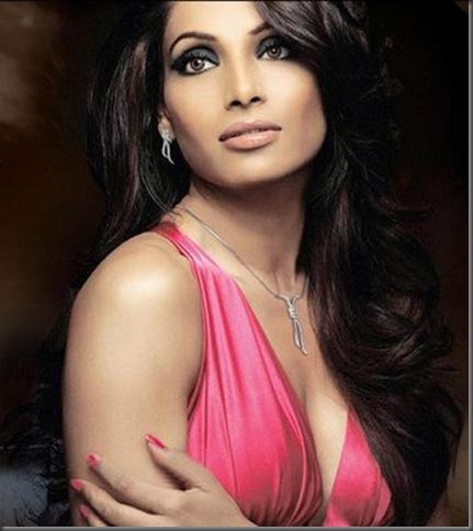 01 Bipasha Basu sexy stills