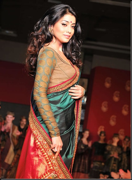 Shriya Saran Handloom Fashion Show Gallery6