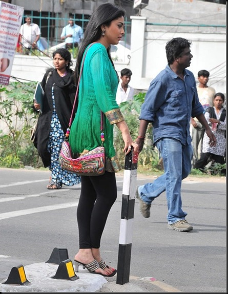 Shriya-at-Rowthiram-Shooting-Spot-Stills-001