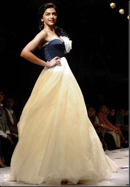 Deepika-Padukone-Lakme-Fashion-Week-2010-stills-05