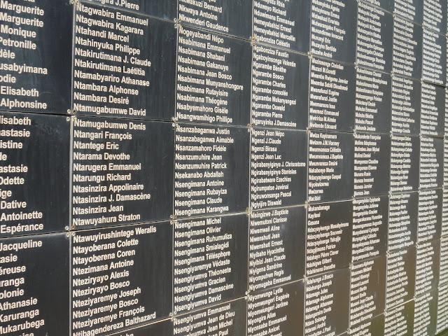 Namen einiger Opfer an einer Gedenkmauer