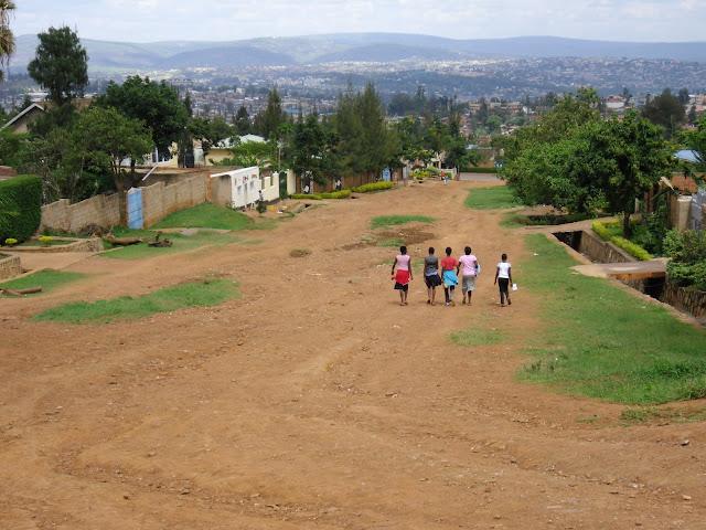 Grüne Hügel und rote Erde: Ein Wohngebiet in Kigali, Ruanda