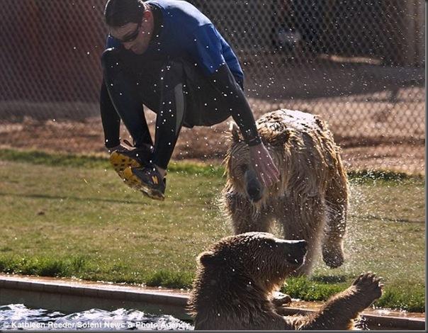Urso brincando com treinador no zoológico (2)