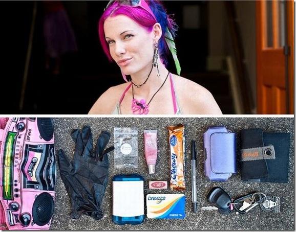 O que as pessoas carregam em suas bolsas durante o dia-a-dia (8)