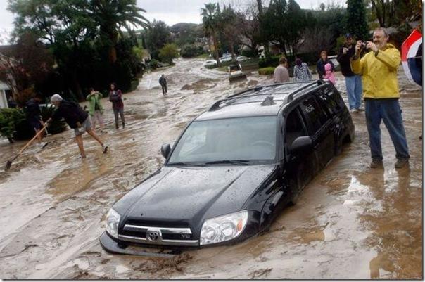 Olha que alegria, meu carro está afundando na lama