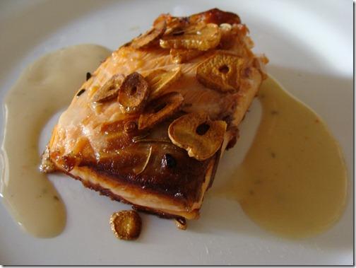 salmão grelhado com alho frito e molho de leite de coco
