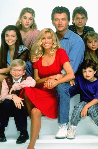 a partir de Carol, de vermelho, no meio, em sentido horário: Frank, JT, Al, Brendan, Mark, Karen e Dana
