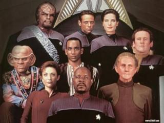 em cima: Worf, Bashir, Jadzia Dax. no meio: Quark, Jake, O'Brien. embaixo: Kira, Sisko, Odo
