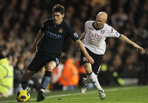 Gareth Barry battles with Andrew Johnson,Fulham - Manchester City