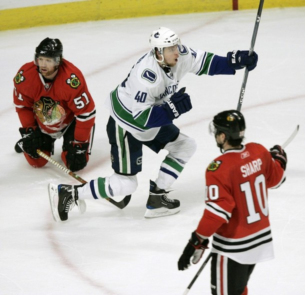 canucks_blackhawks_game1_1.jpg