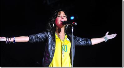 Demi Lovato cantando antes do Show dos Jonas Brothers.