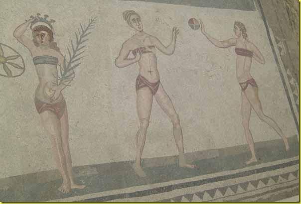 Ragazze in bikini Villa del Casale 2