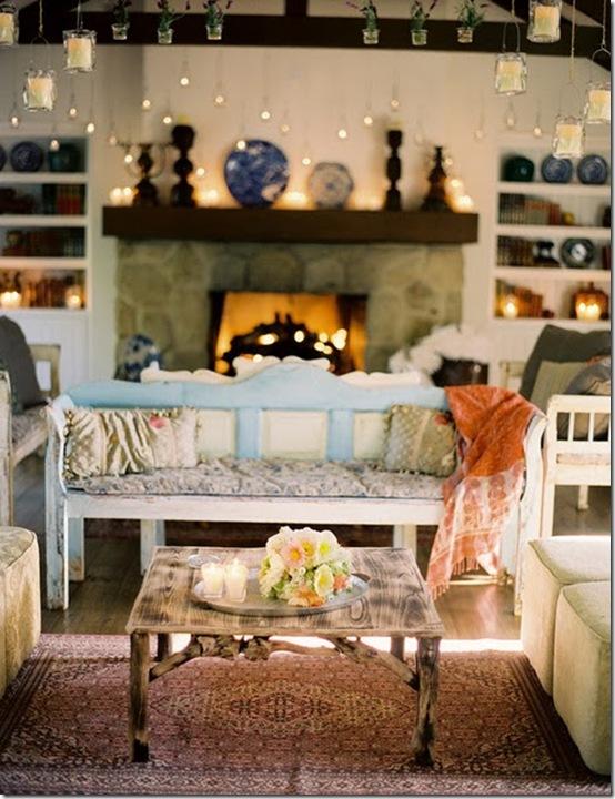 Casa de Valentina - via Style Me Pretty - uma sala de estar com um toque indiano