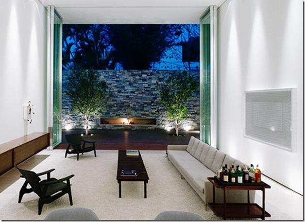 Com jardim ao fundo. Casa projetada por Marcio Kogan e fotografada por Nelson Kon