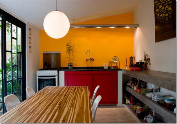 Cozinha colorida fotografada por Fernanda Petelinkar