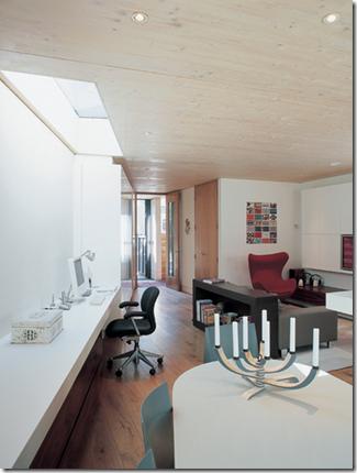 Sala e bancada de trabalho com iluminação natural