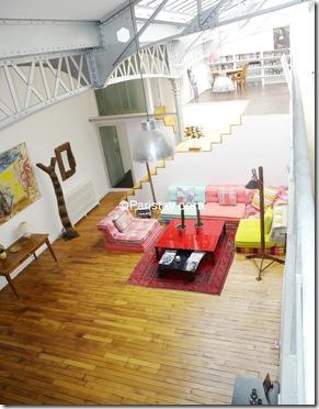 Sala ampla e colorida