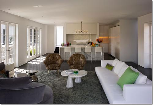 Beverly Hill - poltronas de onçinha e cozinha aberta