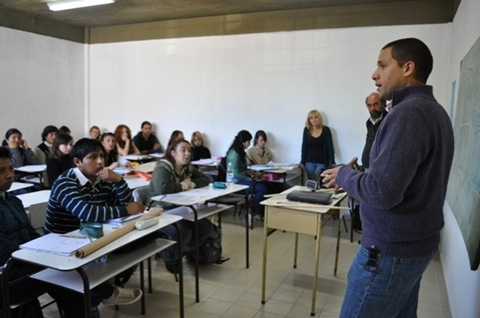 Juan Pablo de Jesus hablando con alumnos de la Escuela