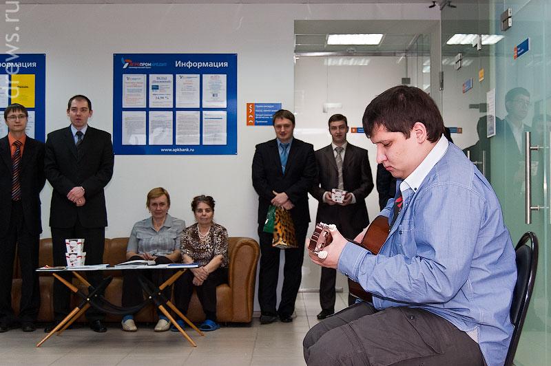 Максим играет на гитаре