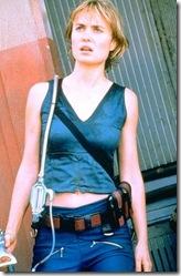 La actriz Radha Mitchell como la piloto «Carolin Fry