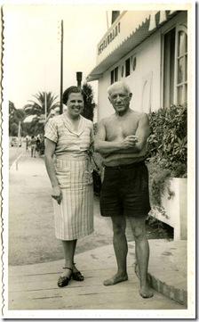 A Mãe com Pablo Picasso em Golf-Juan, Agosto de 1951