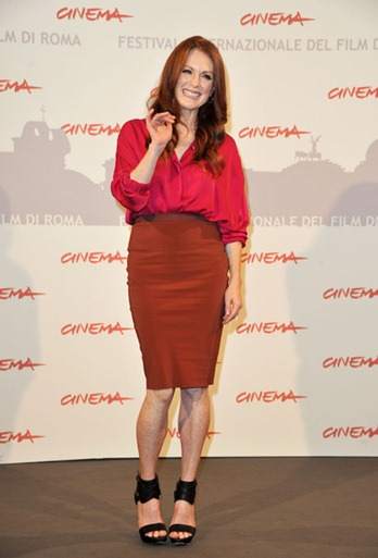2010-11-05-10-16-51-8-the-49-year-old-actress-julianne-moore-looks-muc