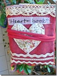 Heart-book in giardino