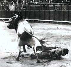 Luis Freg Cogida tras buena estocada. Toledo 1921 (Baldomero) 002