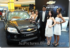 chevrolet-captiva-front-with-babes