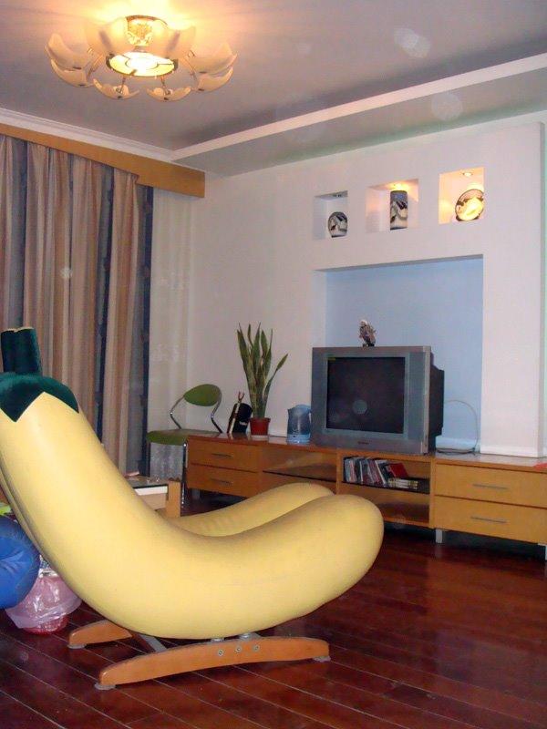 万万、老包、娟姐、李总在杭州竞舟路房子客厅里的香蕉摇椅