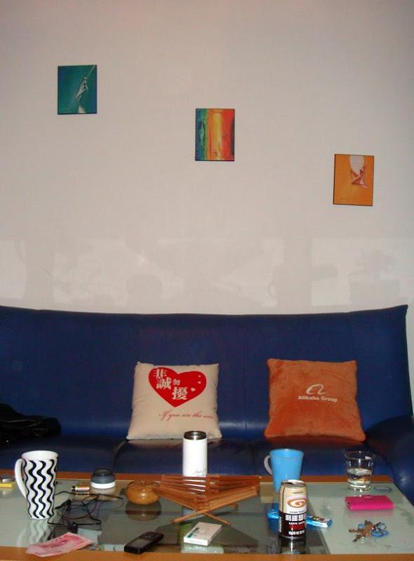 万万、老包、娟姐、李总在杭州竞舟路房子的客厅
