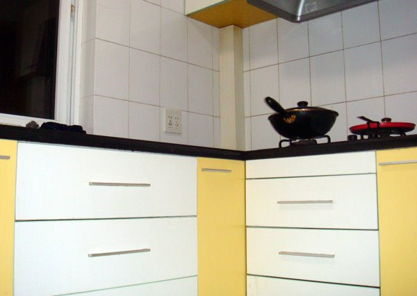 万万、老包、娟姐、李总在杭州竞舟路房子的厨房