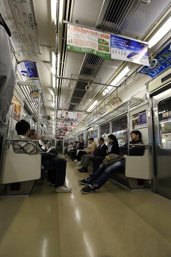 Токийское метро - Поражает обилие реклами и баннеров