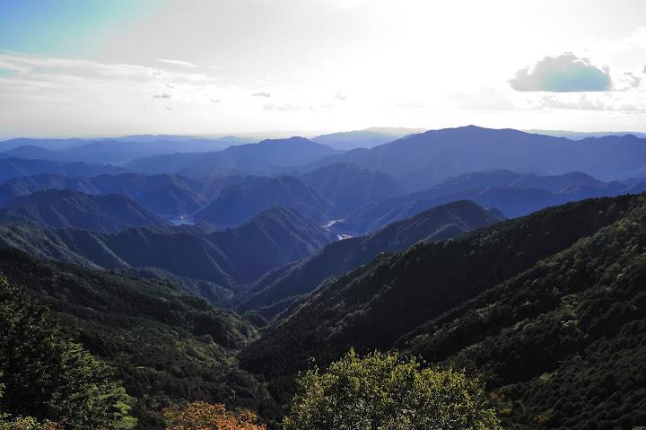 三ツ瀬明神山馬の背から鳳来湖を望んだ写真