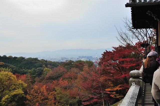 清水の舞台から京都方面の紅葉の写真