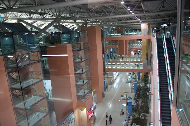 関西国際空港ターミナル左手がターミナル右手は駅側の写真