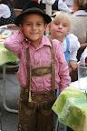 Дети тоже щеголяют в кожаных штанишках и народных платьях