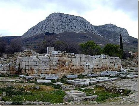 Corinto_bema_y_Acrocorinto