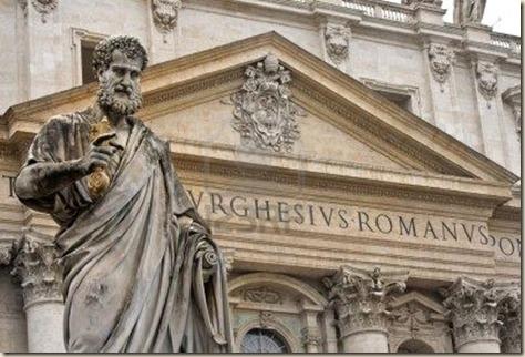 basilica-de-san-pedro-en-roma-con-la-estatua-de-san-pedro-en-primer-plano. Ateismo